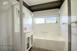 2014_November_25_Glenmore Park_For Lease_4MuirfieldCres_Bathroom